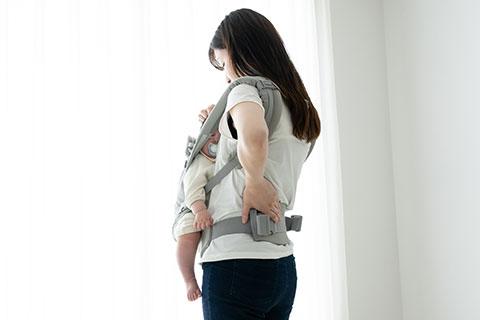 産後の体の不調に悩む女性